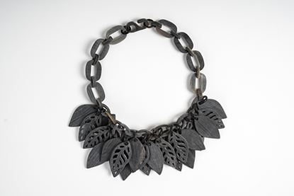 Foto de FOREST HORN NECKLACE - MATT GREY